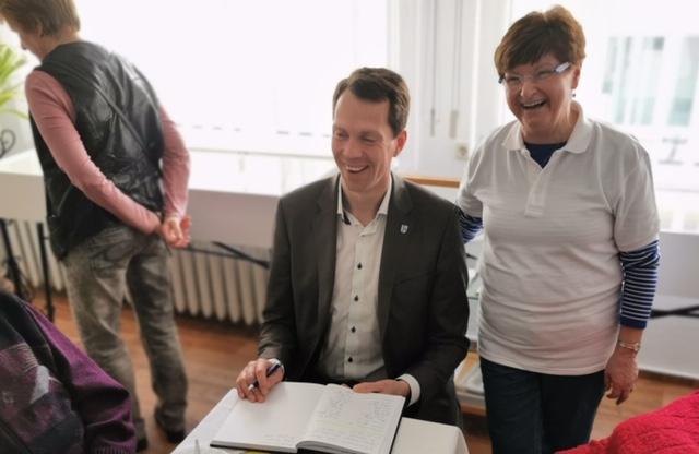Landrat Dr. Burchardt trägt sich im Beisein der Vereinsvorsitzenden Karin Gust in das Gästebuch ein (Foto Simon).