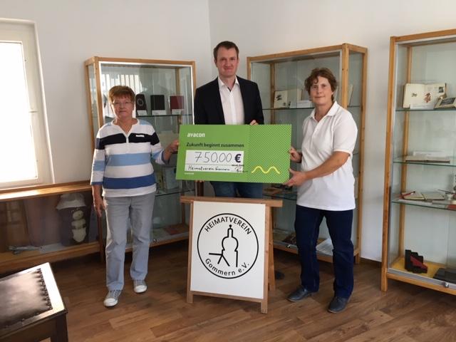 Avacon-Kommunalreferent Carsten Birkholz übergibt den Spendencheck an Vereinsvorsitzende Karin Gust (l.) und Kassenwart Birgit Reppin (r.).