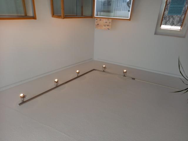 Die neu installierten Beleuchtungsschienen im Raum der Sonderausstellungen.